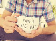 Tips voor een persoonlijk cadeau: laat glas graveren of een mok bedrukken